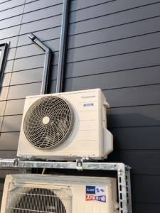 エアコン取付工事。