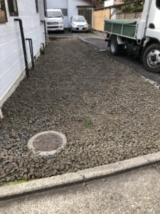 駐車場、砕石敷。